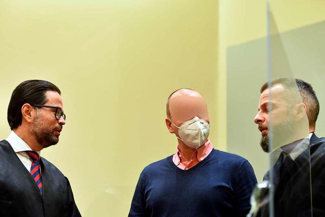 Der Erfurter Arzt Mark S. mit seinen Anwälten  | Foto: CHRISTOF STACHE (AFP)