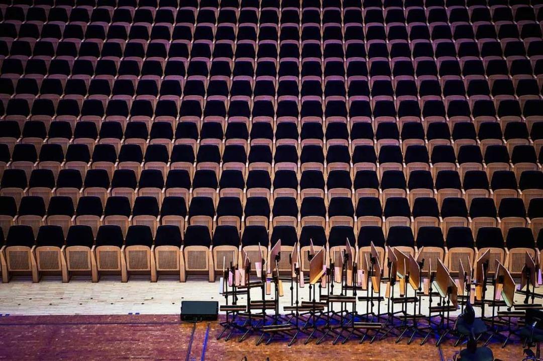 Leere Stuhlreihen, gestapelte Notenpulte: das Konzerthaus Dortmund im Lockdown  | Foto: Bernd Thissen (dpa)