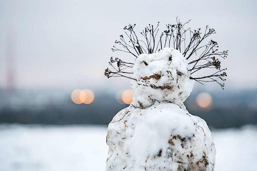 Ein Schneemann mit Coronafrisur?  | Foto: Christophe Gateau (dpa)