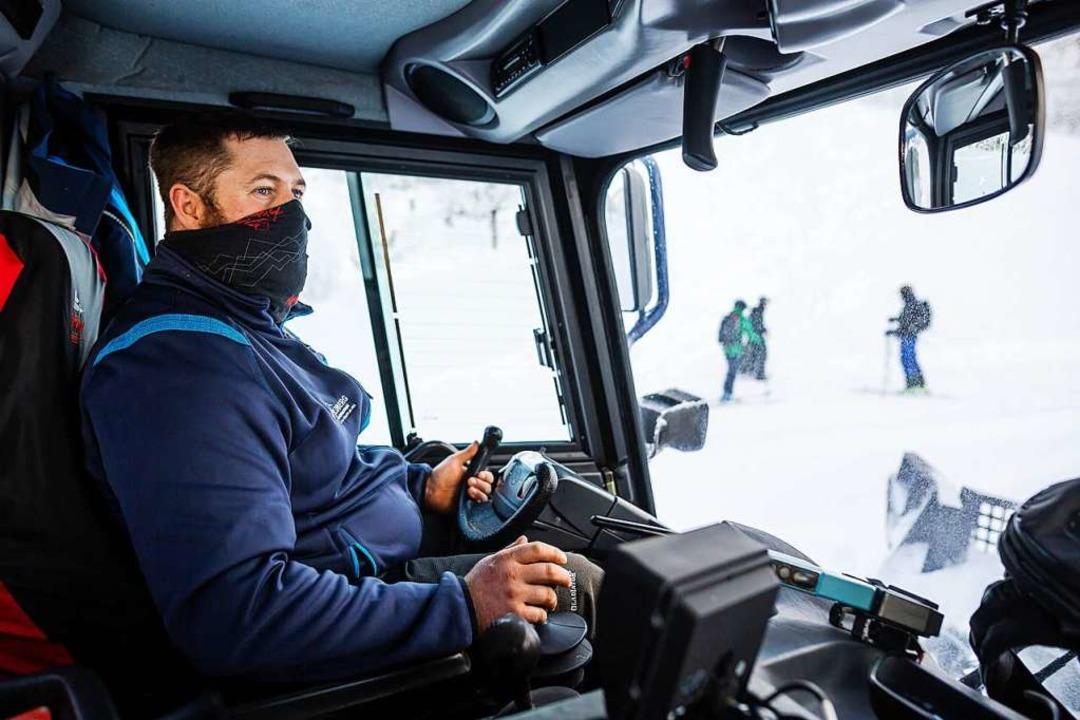 : Fahrer Jens Kaiser sitzt in der Fahrerkabine des Pistenbully und fährt.    Foto: Philipp von Ditfurth (dpa)