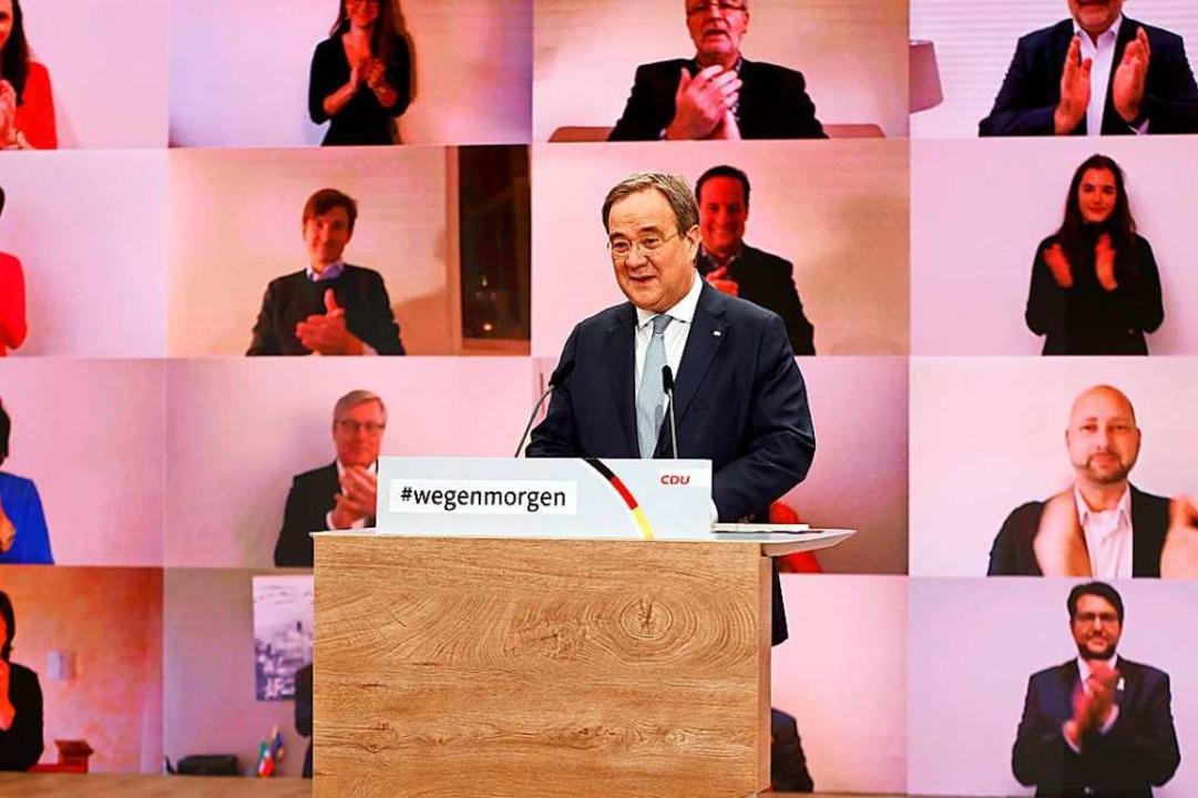 Applaus via Videowand: Armin Laschet k...er Wahl durch den digitalen Parteitag.  | Foto: ODD ANDERSEN (AFP)