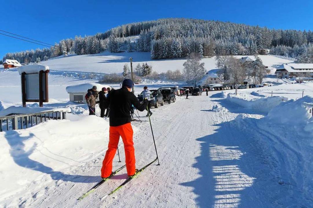 Das Winterwetter lockte viele Besucher... wie hier in Waldau am Schneeberglift.  | Foto: Gaby Beha
