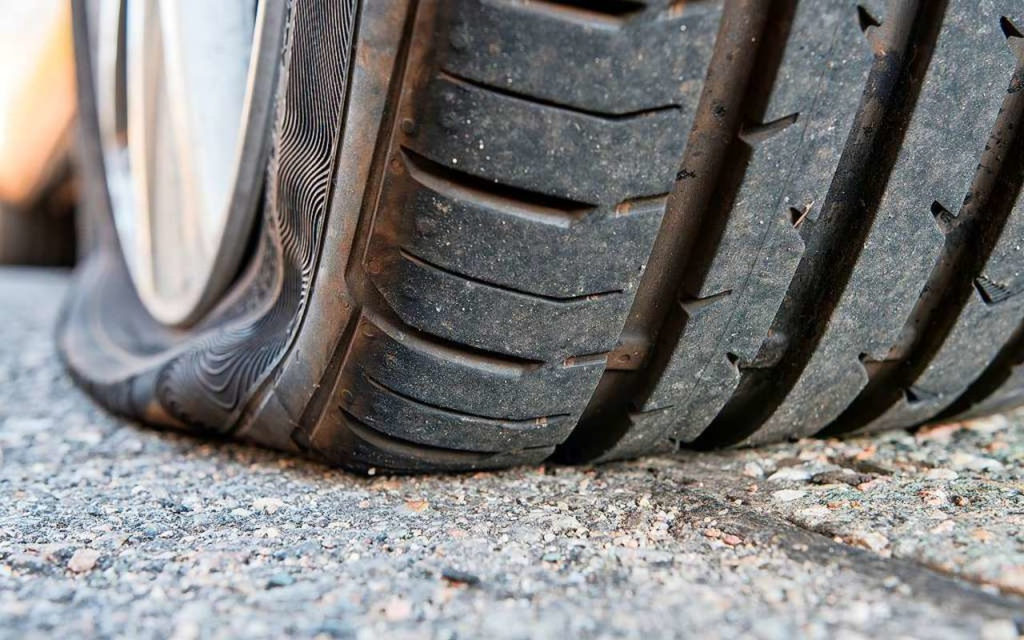 Kaputter Reifen? Wenn das Auto eine Re...hweiz nach Baden-Württemberg einreisen    Foto: Mario Hoesel (Adobe Stock)