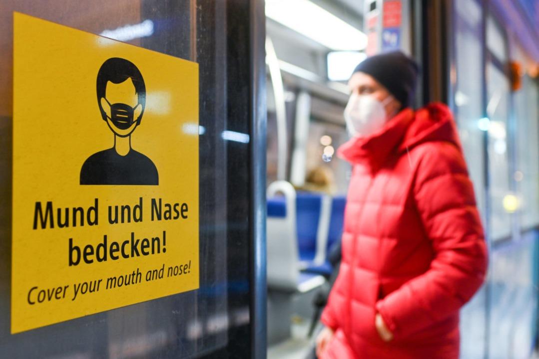 Seit Montag, 18. Januar 2021, gilt in ...lichen Nahverkehr und im Einzelhandel.  | Foto: Tobias Hase (dpa)