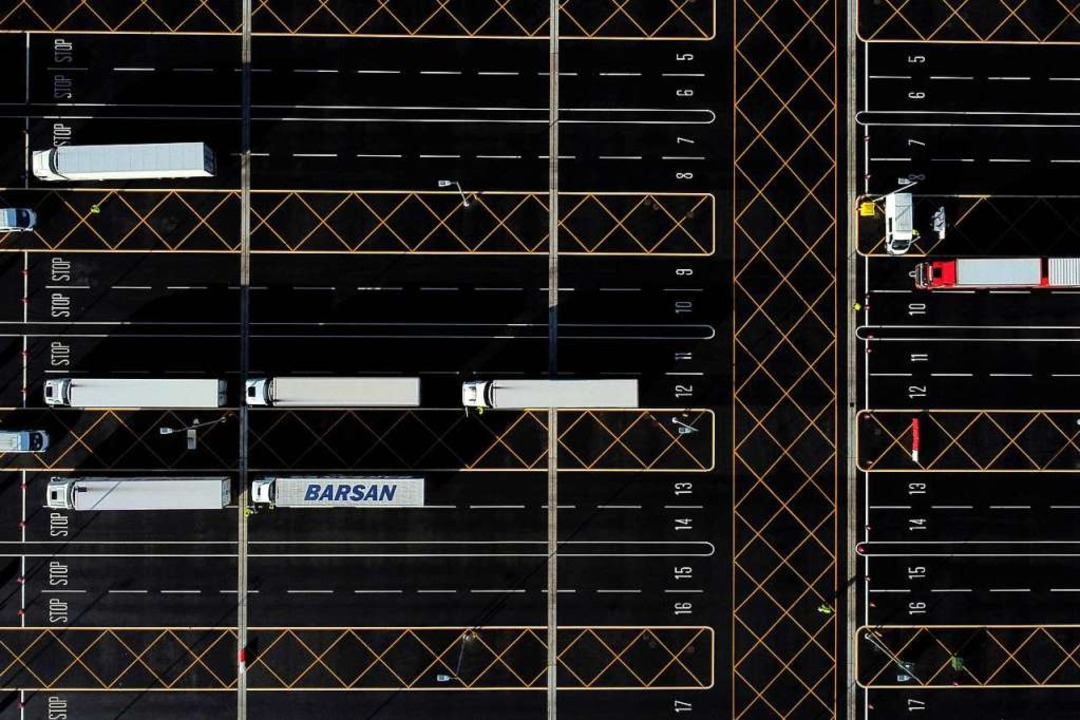 Lkw parken auf einem Parkplatz in Südengland bei Ashfort.  | Foto: BEN STANSALL (AFP)