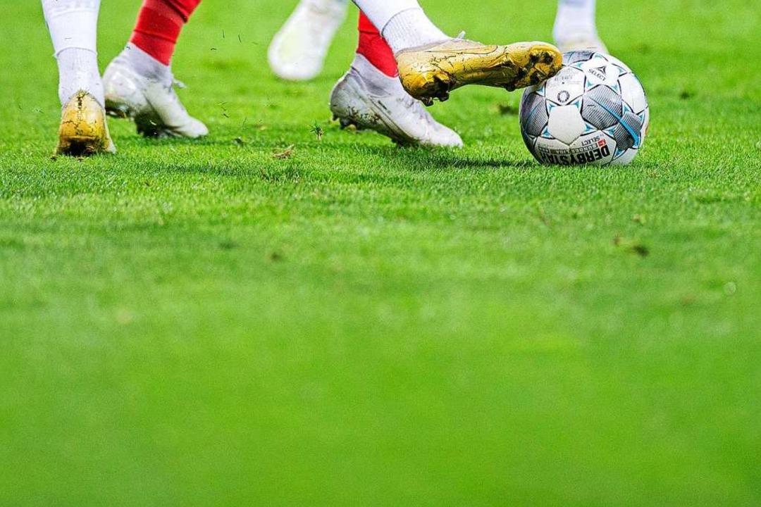 Fußballer haben häufiger O-Beine als Menschen, die nicht aktiv Sport betreiben.    Foto: Rolf Vennenbernd (dpa)