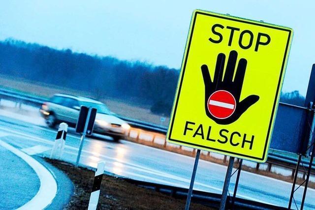 Falschfahrender Lastwagenfahrer wendet auf der A98