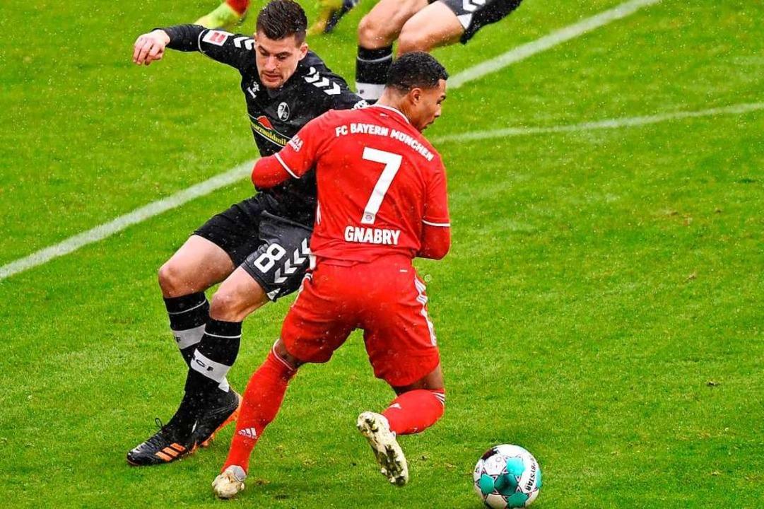 In dieser Szene mit Bayern-Spieler Ser...aptiste Santamaria die Verletzung zu.   | Foto: LUKAS BARTH-TUTTAS (AFP)