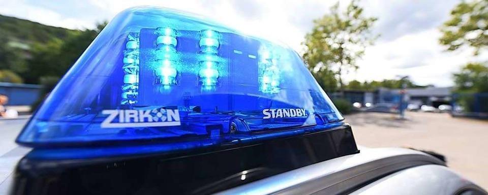 Lastwagen fahren in Schopfheimer Kreisel mehrere Verkehrsschilder um