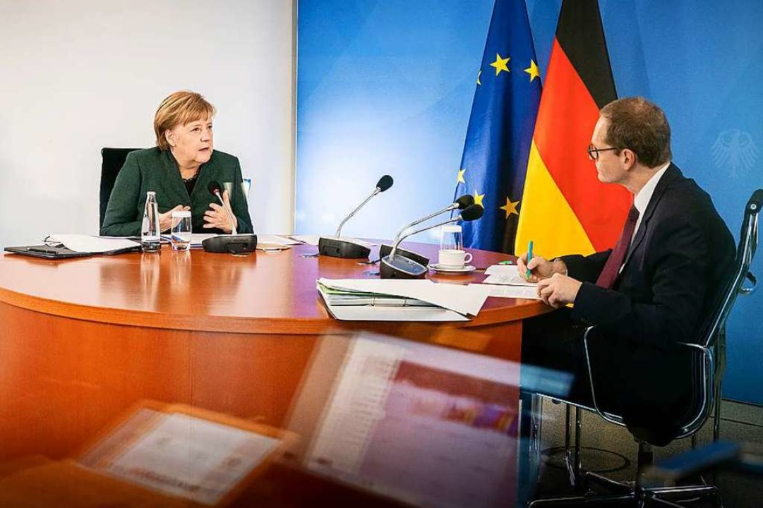 Bundeskanzlerin Angela Merkel und Berl...gierender Bürgermeister Michael Müller  | Foto: Steffen Kugler (dpa)