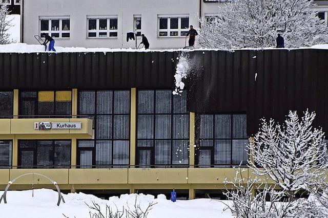 Firma schaufelt Schneelast weg