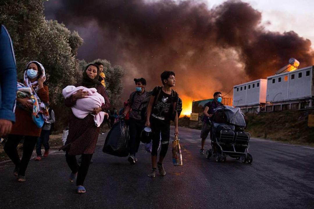 In der Nacht zum 9. September 2020 wur...ohner mussten vor den Flammen fliehen.    Foto: Socrates Baltagiannis (dpa)