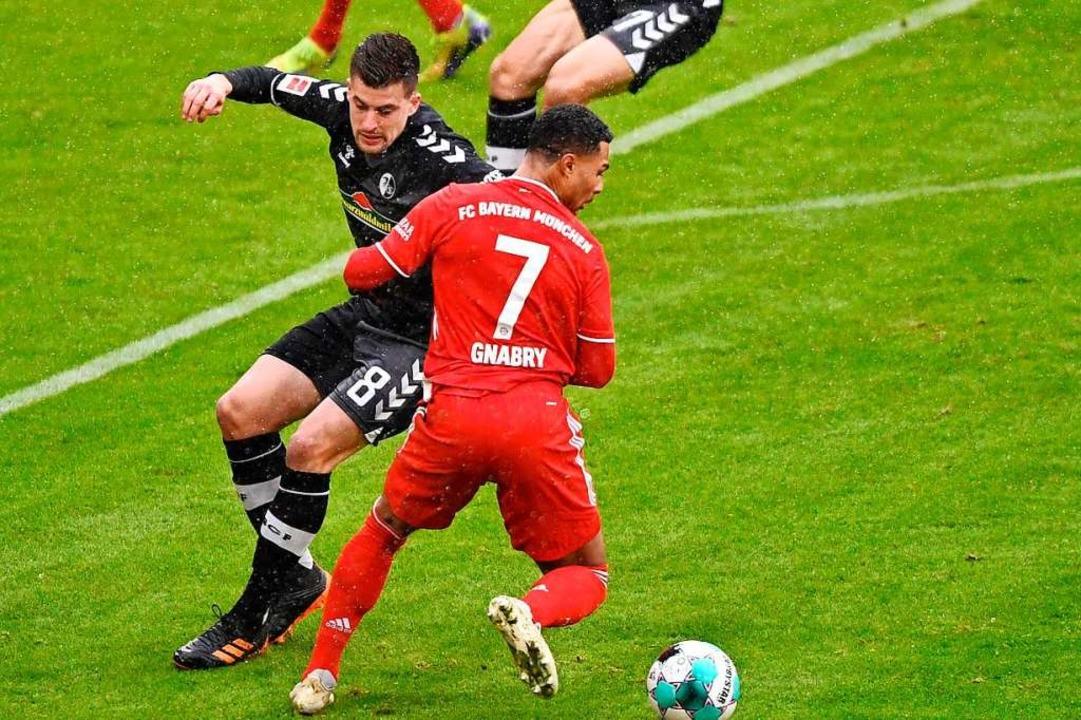 Baptiste Santamaria (links) verletzte ...ttwoch gegen Frankfurt auflaufen kann.  | Foto: LUKAS BARTH-TUTTAS (AFP)