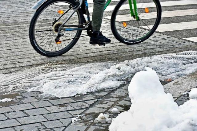 Fahrradfahrer in Freiburg bemängeln Winterdienst auf Radwegen