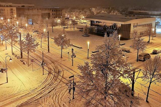 So sieht Freiburgs Maria-von-Rudloff-Platz in einer verschneiten Lockdown-Nacht aus