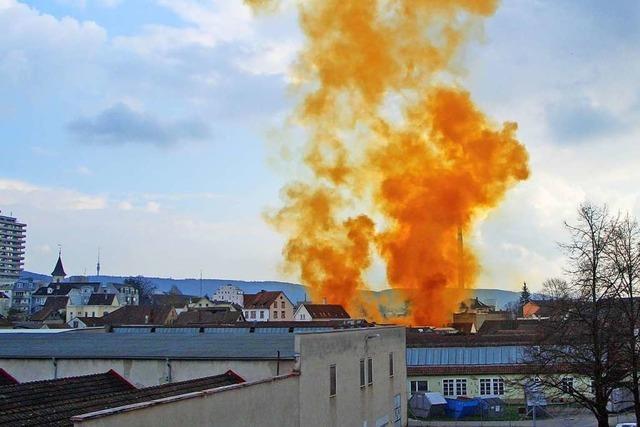 Chemiker berät Feuerwehr im Kreis Lörrach bei Unfällen mit gefährlichen Gütern