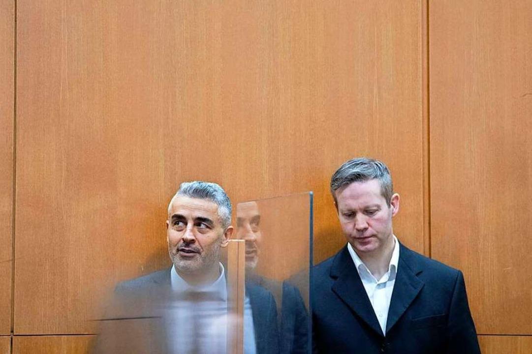 Der Hauptangeklagte Stephan Ernst (r) ...ben seinem Verteidiger Mustafa Kaplan.  | Foto: Boris Roessler (dpa)