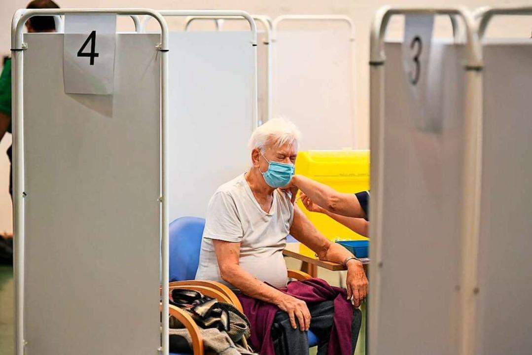 Ein älterer Mann wird geimpft (Symbolfoto).  | Foto: Dominic Lipinski (dpa)