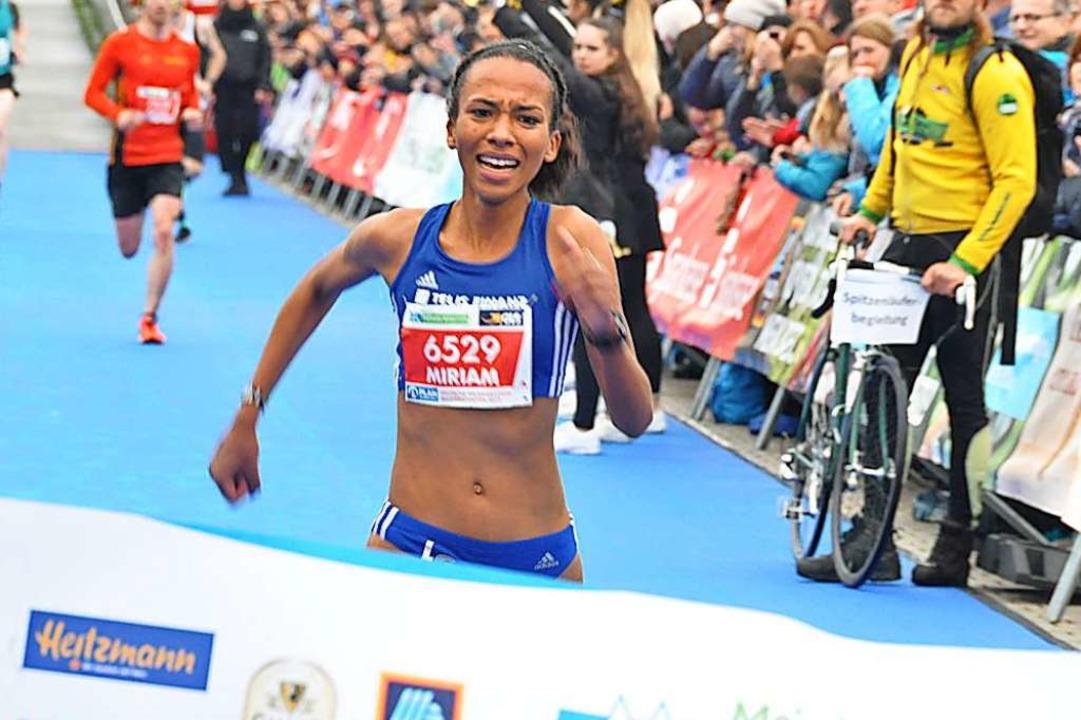Miriam Dattke wird beim Freiburg-Marat...isterin über die Halbmarathon-Distanz.  | Foto: Matthias Joers