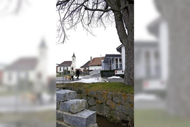 Dorfplatz mit Bachanschluss