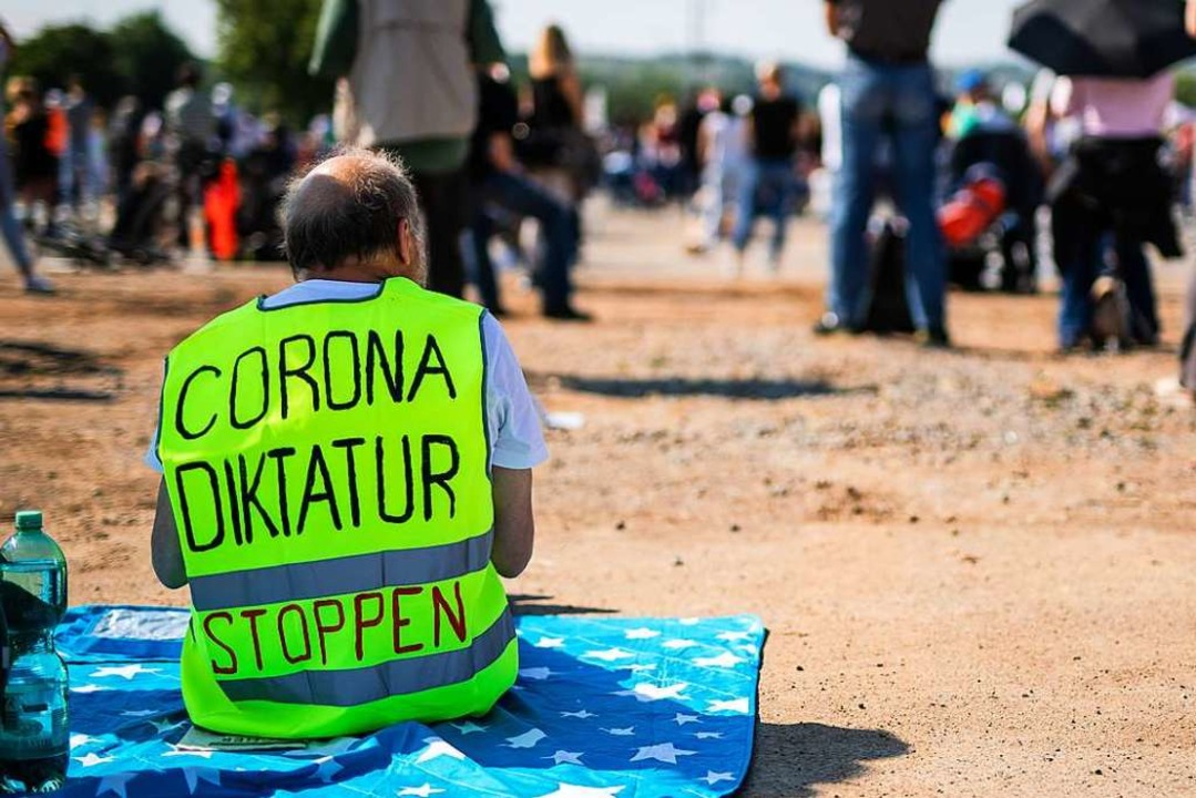 Ein Teilnehmer einer Querdenken-Demo in Stuttgart im Mai.  | Foto: Christoph Schmidt (dpa)