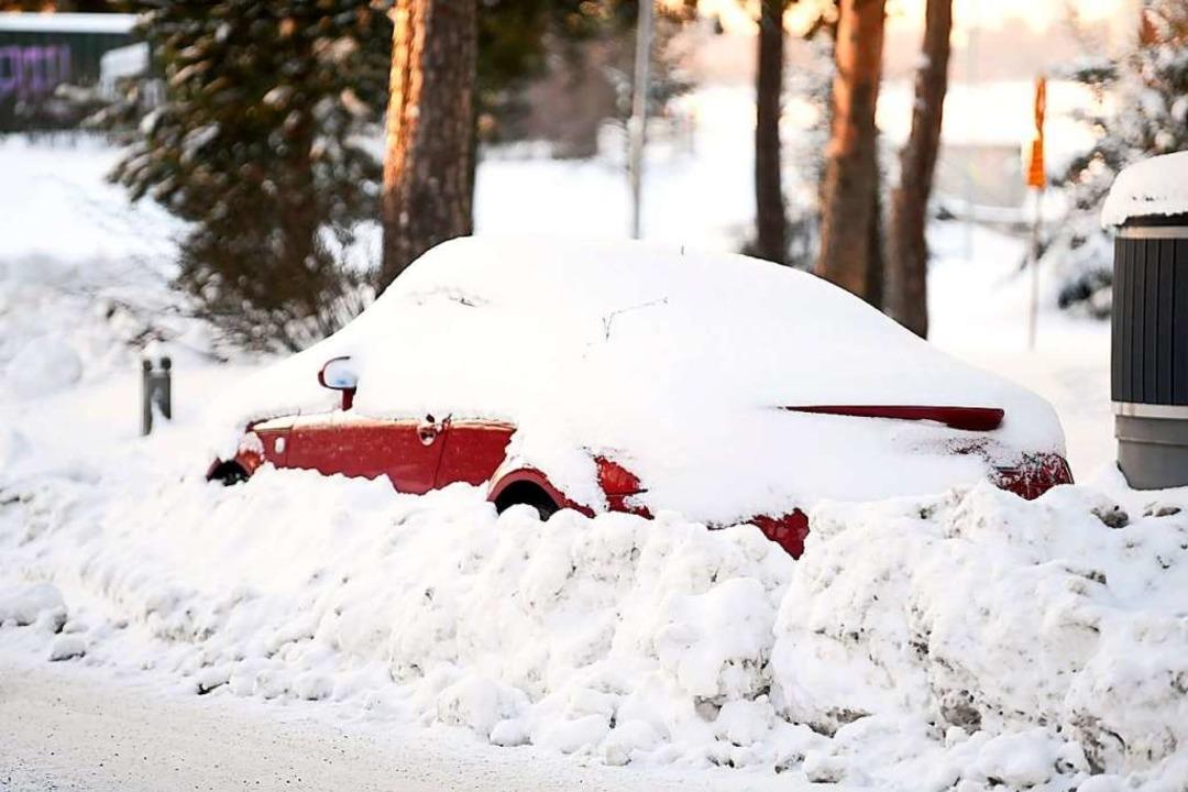 In der Schweiz sollte man das Auto nic...llständig von Schnee und Eis befreien.  | Foto: Vesa Moilanen (dpa)