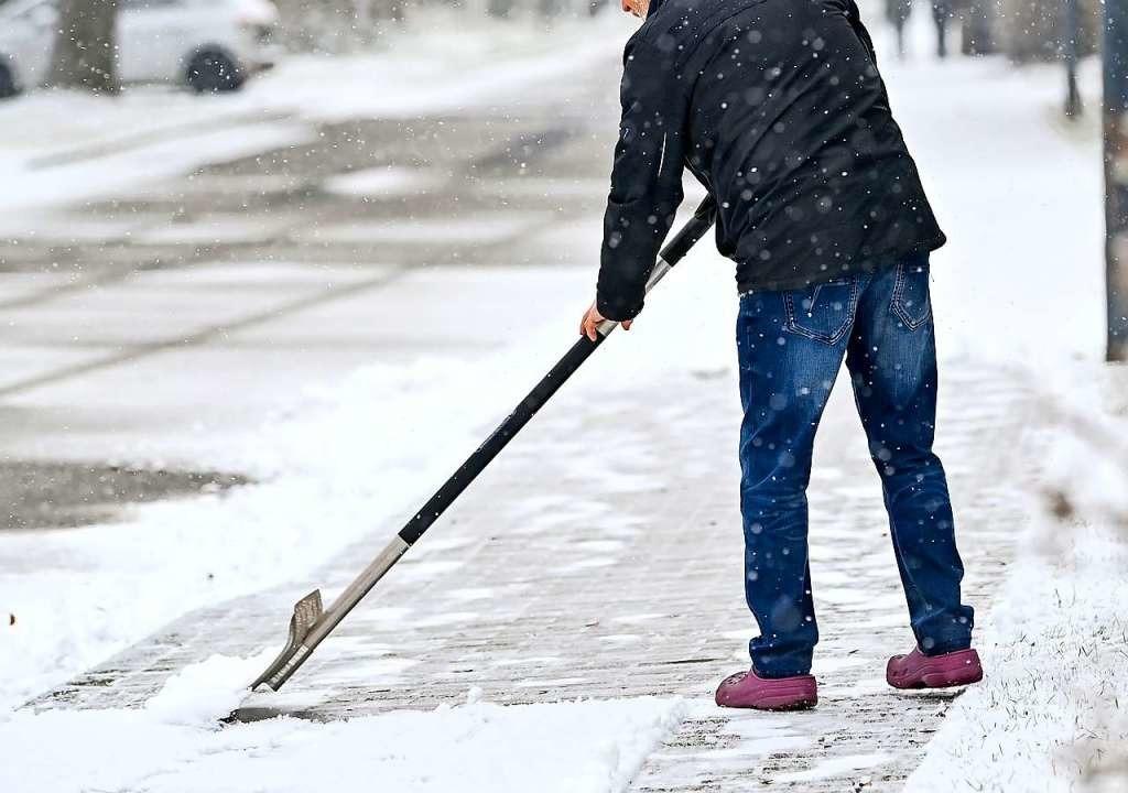 Was Bürger beim Schneeräumen beachten sollten.  | Foto: Patrick Pleul (dpa)