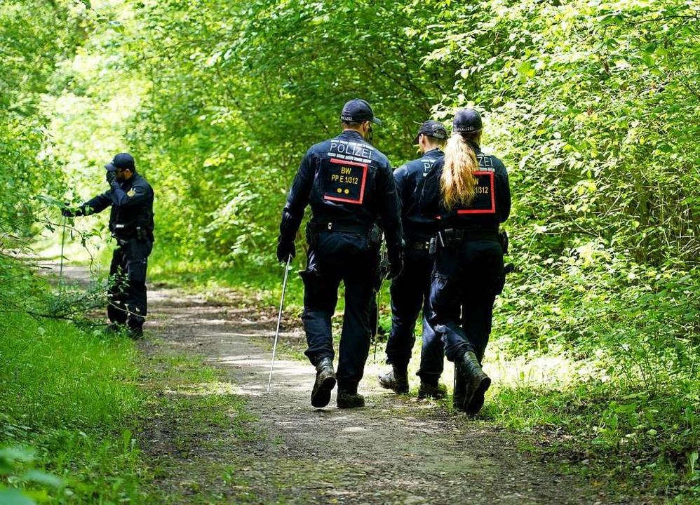 Polizisten auf Spurensuche am Altrhein...wo die Leiche der Frau gefunden wurde.  | Foto: Benedikt Spether (dpa)