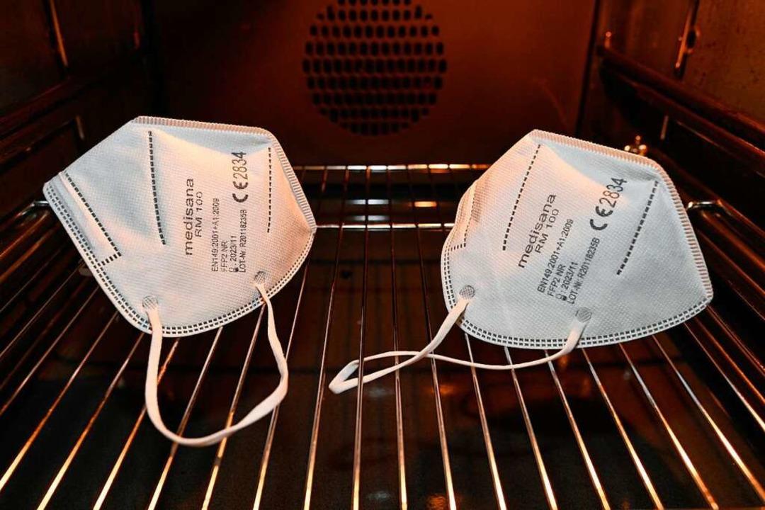 Man kann eine medizinische Maske auch ...n einen 80 Grad heißen Backofen legen.  | Foto: Michael Weber IMAGEPOWER via www.imago-images.de