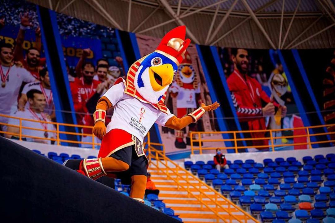 Das WM-Maskottchen während des Spiels  | Foto: Sascha Klahn (dpa)