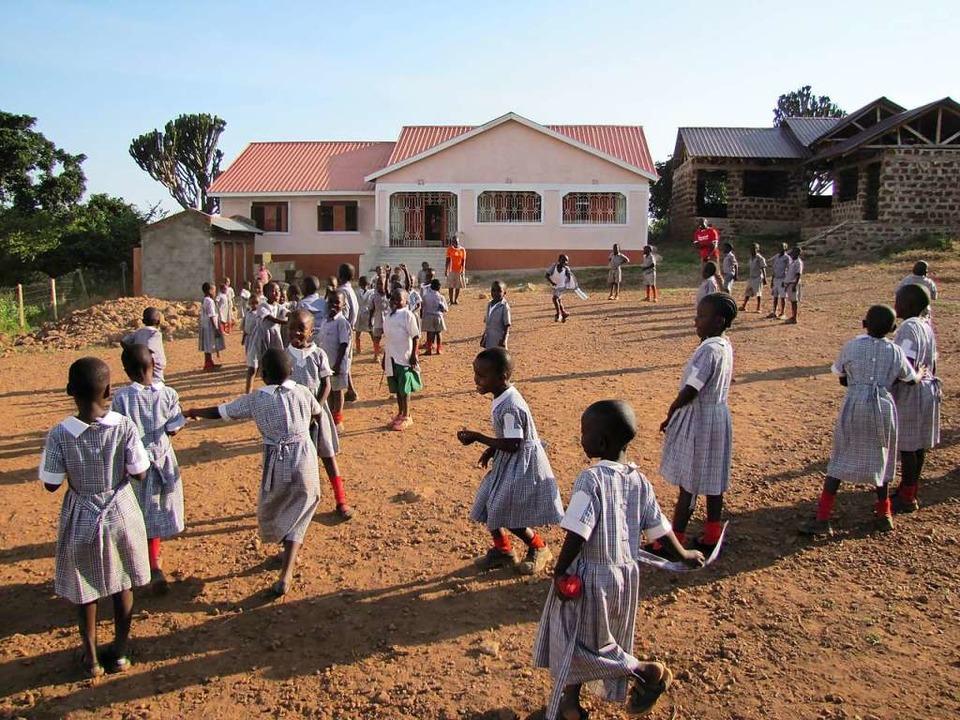 Im Hintergrund die Schlafräume (20 Bet...ndte haben, bei den sie wohnen können.    Foto: Verein Afridunga