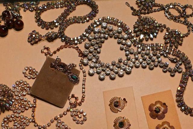 Eine Steinenerin stellt Glasperlen nach einer alten Tradition her