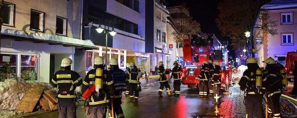 Schutthaufen gerät in Neustadt in Brand: Frau erleidet Rauchgasvergiftung