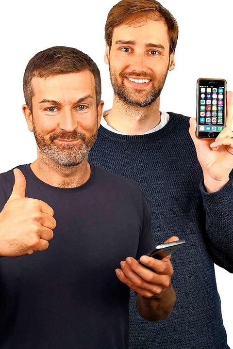 Die Handyexperten Andreas Dautermann (links) und Kristoffer Braun  | Foto: Levato