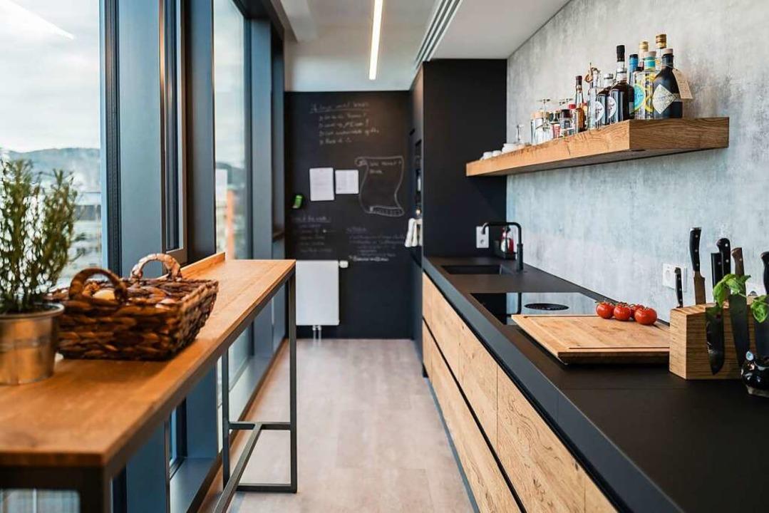 Die Küche bietet viel Platz zum Kochen mit Weitblick.  | Foto: Horl 1993