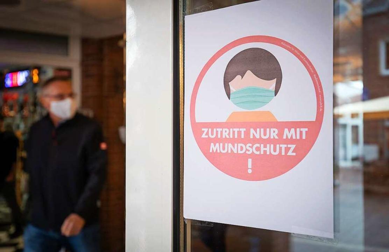 Hinweisschild an einem Supermarkteingang (Symbolbild).  | Foto: Friso Gentsch (dpa)