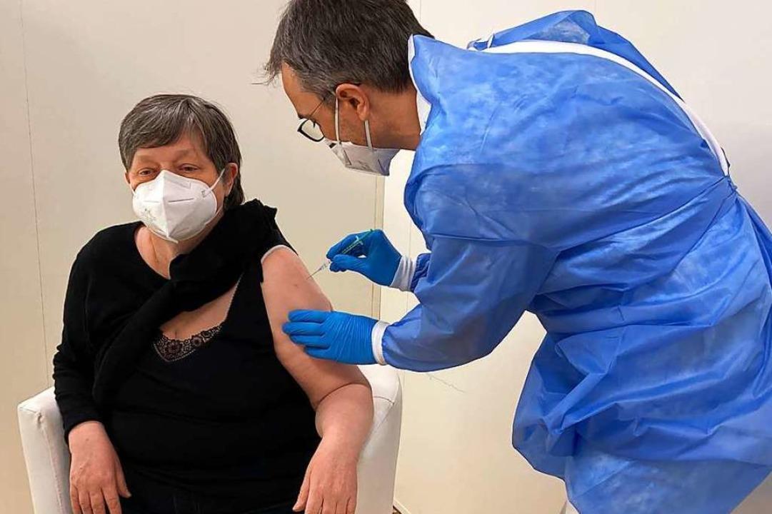 Marikka Voitzsch aus Herbolzheim, Alte...ztlicher Leiter des Impfzentrums, vor.    Foto: Landratsamt Emmendingen