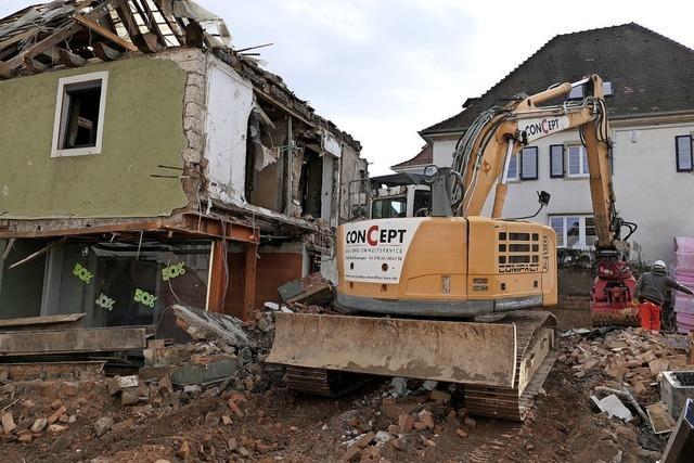 Der Abrissbagger schafft Platz für den Anbau des Bad Krozinger Rathauses