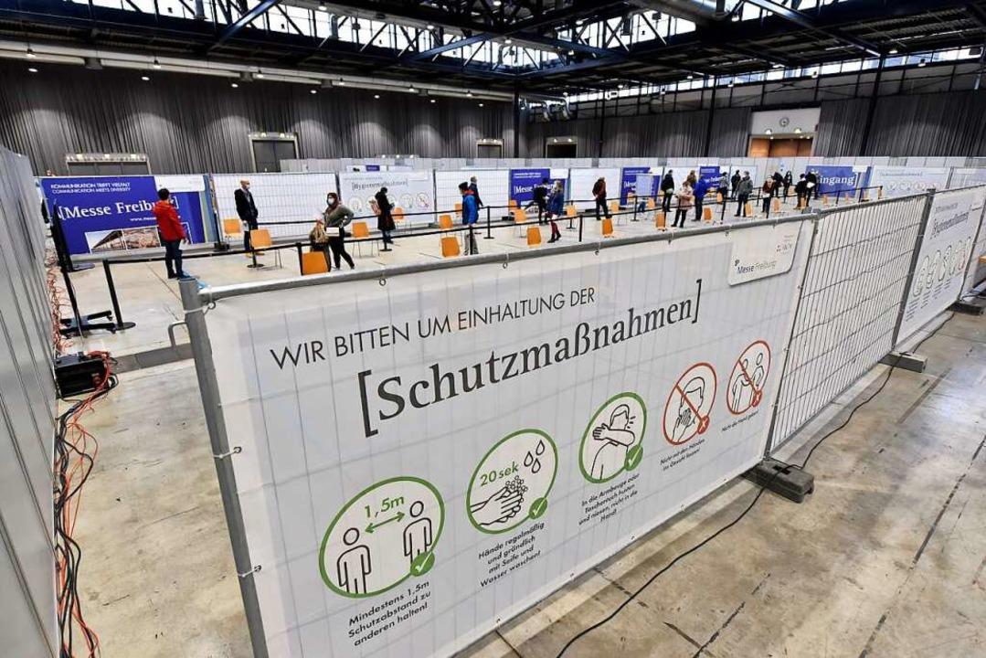 Nach der Erstimpfung in der Messe nahm...em Vorwand die Impfberechtigungskarte.  | Foto: Thomas Kunz