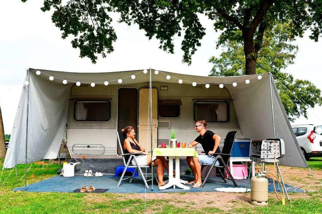 Campen schont das Klima – im Vergleich zu einem Trip ins  Wellnesshotel.  | Foto: Tobias Hase (dpa)