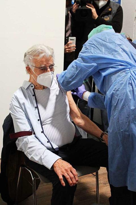 Horst Moos war einer der ersten, der  im Kreisimpfzentrum an die Reihe kam.  | Foto: Annika Sindlinger