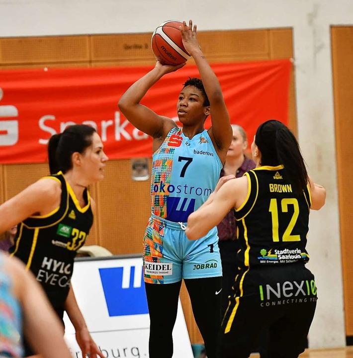 Dominique Toussaint (beim Wurf) hatte ...enletzten USC Heidelberg knapp gewann.  | Foto: Achim Keller
