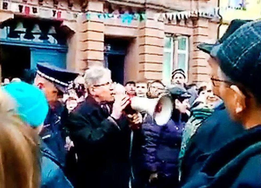 OB Müller griff zum Megafon, um mit den Menschen zu reden.  | Foto: BZ