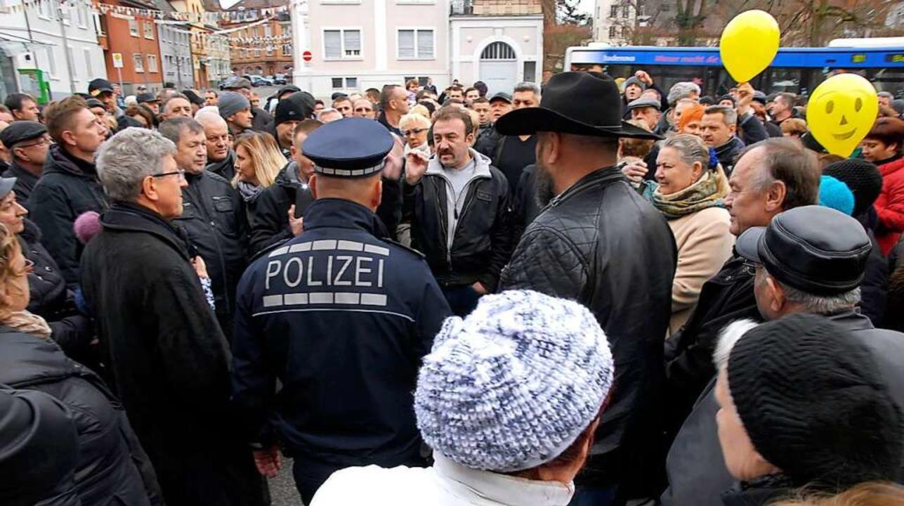 Etwa 350 Menschen – vorwiegend S...x Neulinger und OB Wolfgang G. Müller.  | Foto: Endrik Baublies