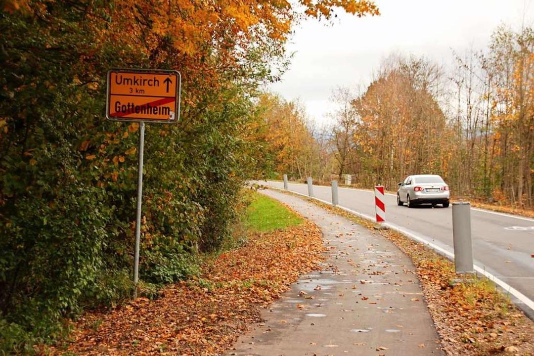 Zu schmal für zwei sich begegnende Rad... Trennstreifen soll eine Schutzplanke.  | Foto: Mario Schöneberg
