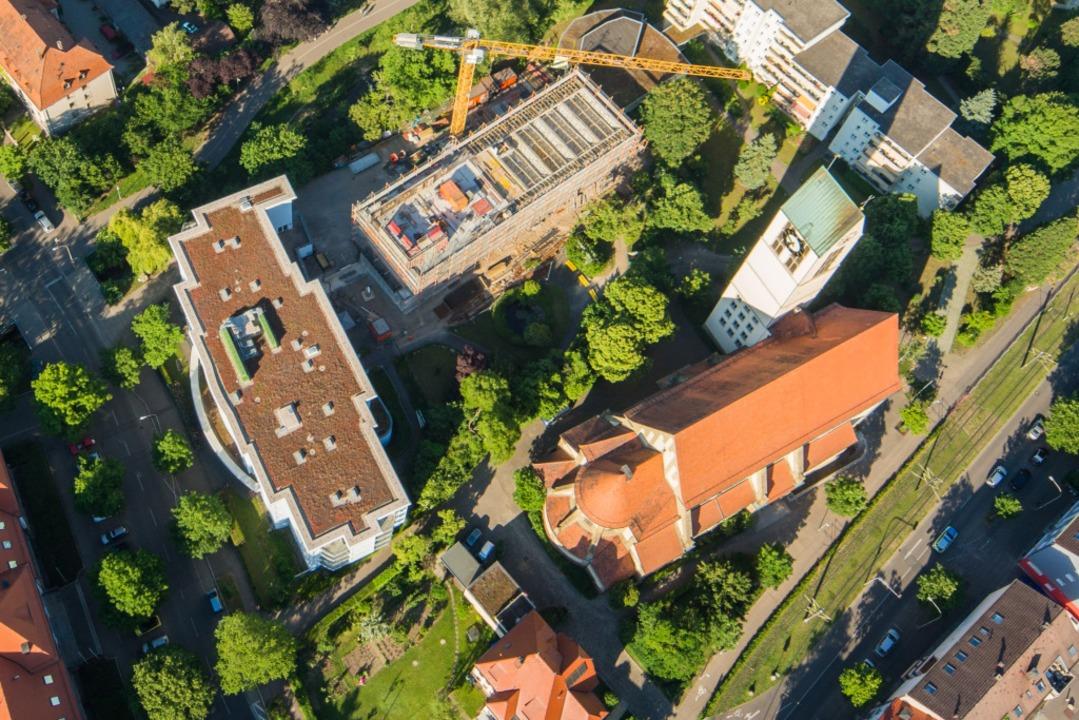 Im St. Laurentiushaus in Freiburg-Hasl...r 2020 links neben der Michaelskirche.  | Foto: Nils Theurer