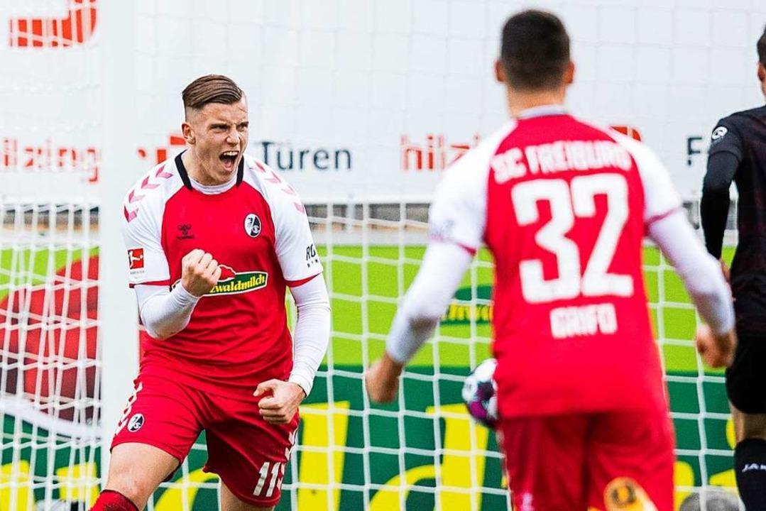 Ermedin Demirovic (l) jubelt nach seinem Tor zum 1:1  | Foto: Tom Weller (dpa)