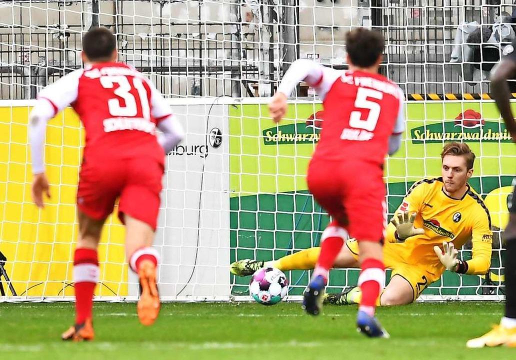 Florian Müller von Freiburg hält einen Elfmeter.  | Foto: Achim Keller/SC Freiburg