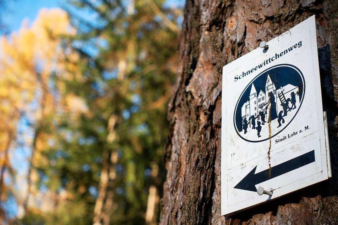 Der Schneewittchenweg misst 35 Kilomet...tive böse Stiefmutter aus dem Märchen.  | Foto: Andreas Drouve (dpa)