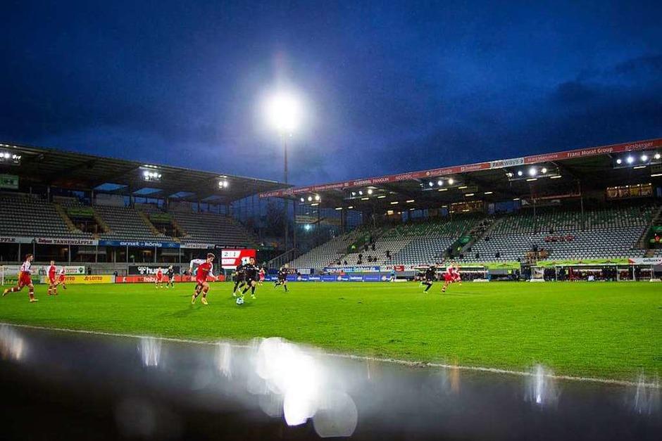 Flutlicht am Samstagnachmittag: Der SC Freiburg gewinnt auch das Rückspiel gegen den VfB Stuttgart. Sechs Punkte aus zwei Derbyspiele: Das kann sich sehen lassen! (Foto: Tom Weller (dpa))